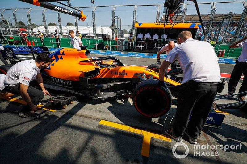 Trabajo mecánico en Carlos Sainz Jr., McLaren MCL34, en el pit lane.