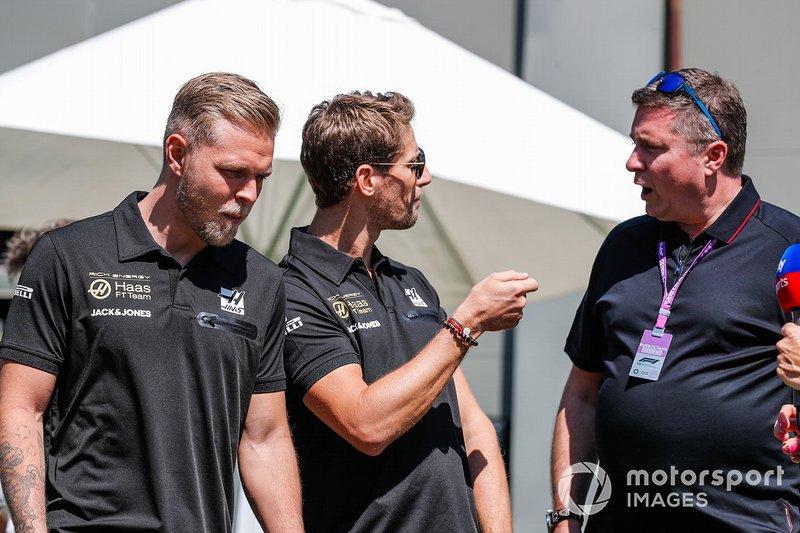 Romain Grosjean, Haas F1 Team, and Kevin Magnussen, Haas F1 Team talk to Ted Kravitz