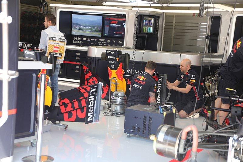 Red Bull: nel garage di Spielberg si riparano le bandelle laterali danneggiate da Max Verstappen prima delle qualifiche