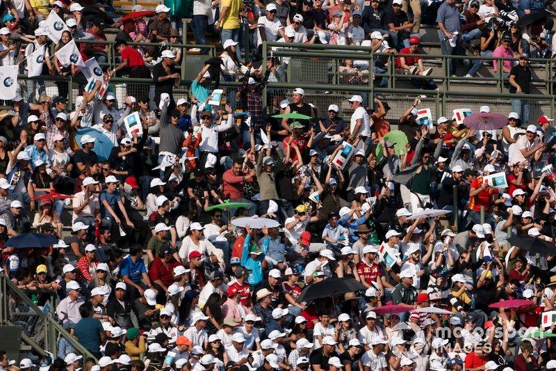 Fans en la tribuna principal