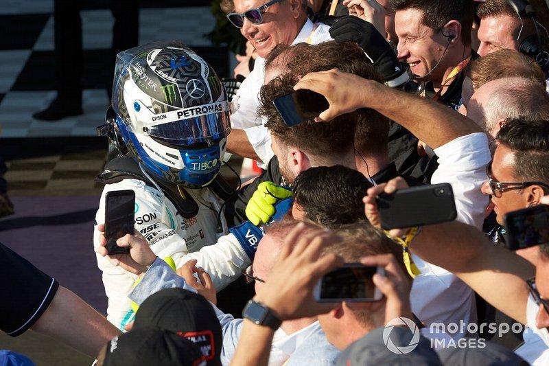 Valtteri Bottas, Mercedes AMG F1, vincitore, festeggia con la squadra al Parco Chiuso