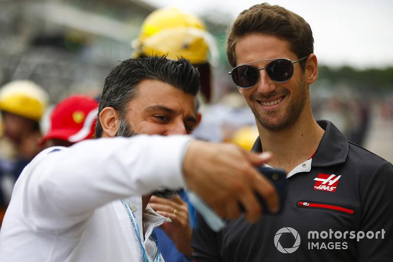 Romain Grosjean, Haas F1 Team, bersama fans