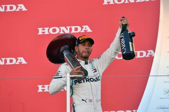 Il vincitore della gara Lewis Hamilton, Mercedes AMG F1, festeggia sul podio con il trofeo e lo champagne