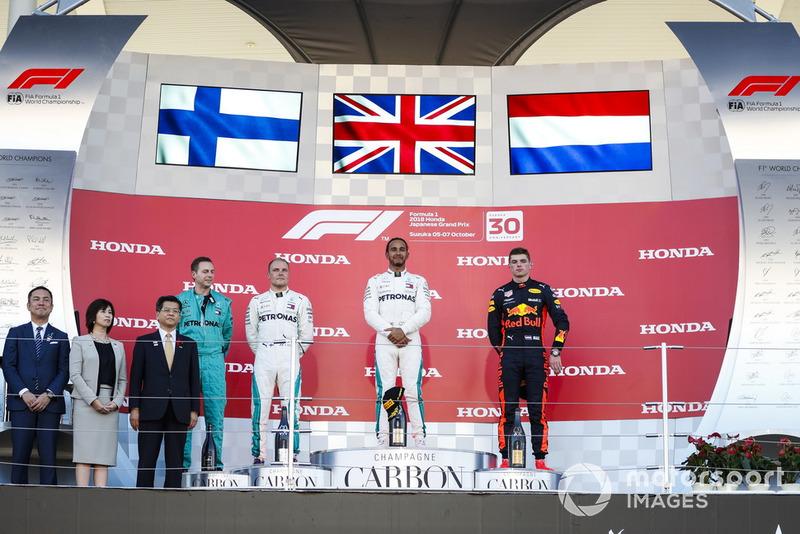 Il secondo classificato Valtteri Bottas, Mercedes AMG F1, il vincitore della gara Lewis Hamilton, Mercedes AMG F1 e il terzo classificato Max Verstappen, Red Bull Racing, sul podio