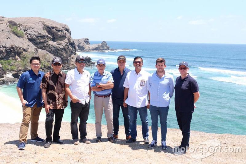 Carmelo Ezpeleta, en el centro de la imagen, junto a los inversores y promotores del nuevo circuito de Lombok.