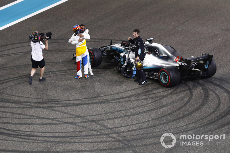 Fernando Alonso, McLaren, abbraccia Lewis Hamilton, Mercedes AMG F1 W09 EQ Power+, alla fine della gara