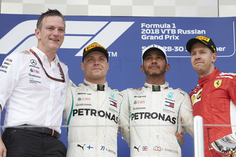 Джеймс Аллісон, технічний директор Mercedes AMG F1, Валттері Боттас, Mercedes AMG F1, Льюіс Хемілтон, Mercedes AMG F1, Себастьян Феттель, Ferrari, на подіумі
