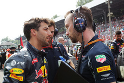 Daniel Ricciardo, Red Bull Racing met Simon Rennie, Red Bull Racing Race Engineer op de startopstell
