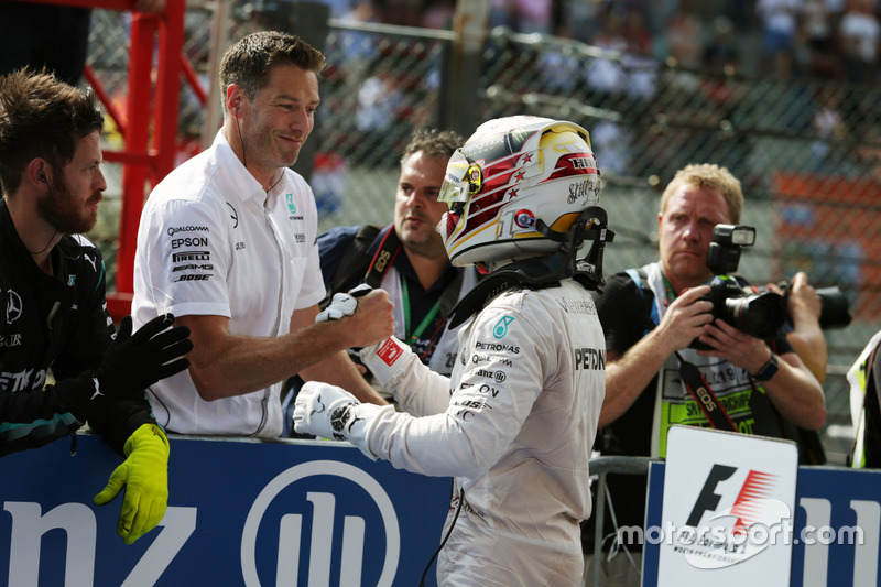 Lewis Hamilton, Mercedes AMG F1 festeggia il suo terzo posto nel parco chiuso