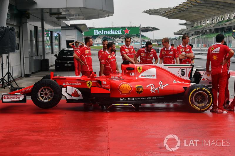 Une Ferrari SF70H dans les stands