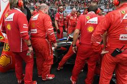 Команда Ferrari пытается решить проблему с автомобилем SF70H Кими Райкконена