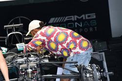 Lewis Hamilton, Mercedes AMG F1 dans le garage