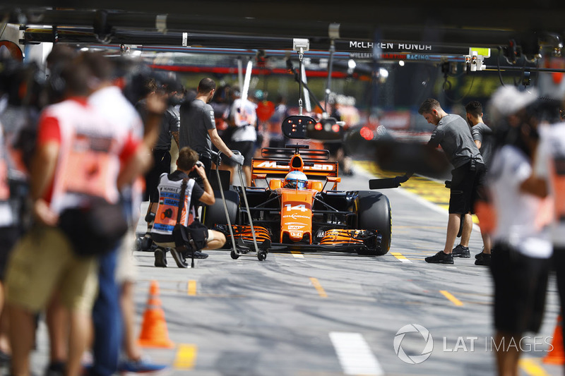 Fernando Alonso, McLaren MCL32, in the pits during practice