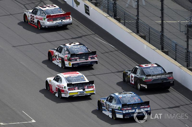 Joey Logano, Team Penske Ford y Ty Dillon, Richard Childress Racing Chevrolet