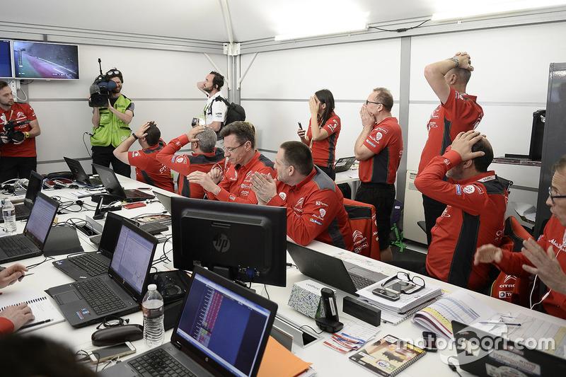 Citroën World Rally Team reacciona al ver el final de carrera de Meeke