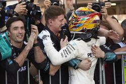 Le vainqueur Lewis Hamilton, Mercedes AMG F1 avec son équipe
