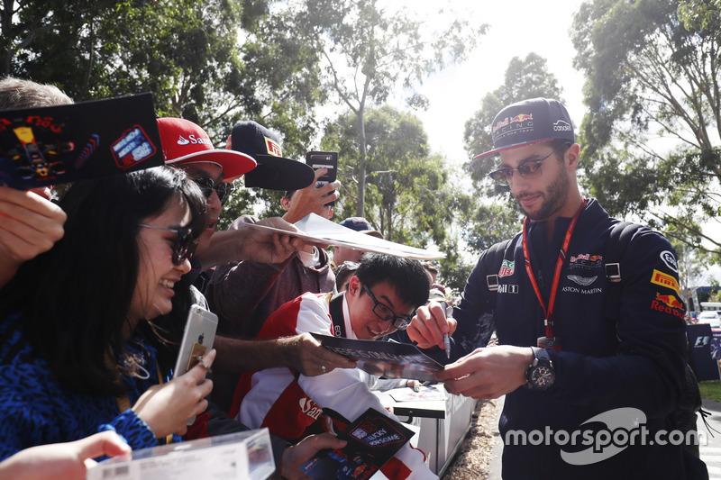 Daniel Ricciardo, Red Bull Racing, schreibt Autogramme