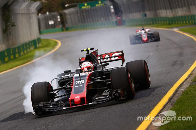 Kevin Magnussen, Haas F1 Team VF-17, bloquea los frenos