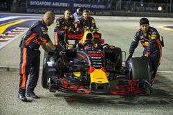 Max Verstappen, Red Bull Racing RB13, poussé par des mécaniciens