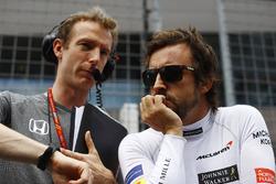 Гонщик McLaren Фернандо Алонсо и его инженер