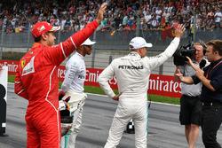 Sebastian Vettel, Ferrari, Lewis Hamilton, Mercedes AMG F1, y el ganador de la pole Valtteri Bottas, Mercedes AMG F1 y Davide Valsecchi, Sky Italia