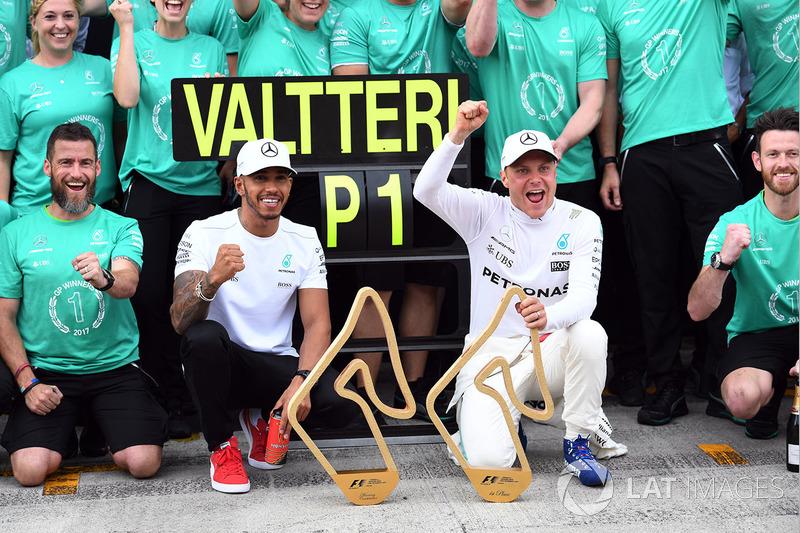 Переможець гонки Валттері Боттас, Mercedes AMG F1святкує перемогу з Льюісом Хемілтоном, Mercedes AMG