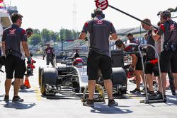 Santino Ferrucci , Haas F1 Team VF-17 pit stop