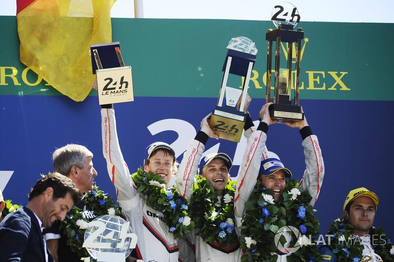 Hartley, Bamber e Bernhard comemoram no topo do pódio, que contou...