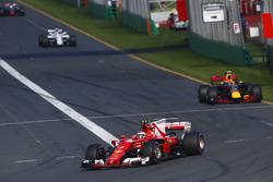 Kimi Raikkonen, Ferrari SF70H, Max Verstappen, Red Bull Racing RB13 y Felipe Massa, Williams FW40