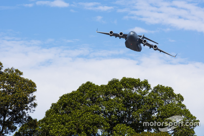 A C-17A Globemaster III of the RAAF displays for the crowds