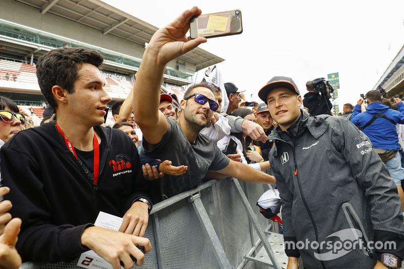 Гонщик McLaren Фернандо Алонсо со своими болельщиками