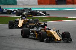Nico Hulkenberg, Renault Sport F1 Team RS17 leads Jolyon Palmer, Renault Sport F1 Team RS17
