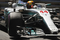Lewis Hamilton, Mercedes AMG F1 W08, lifts a wheel whilst turning
