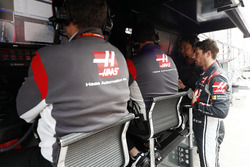 Romain Grosjean, Haas F1 Team, en el pit wall
