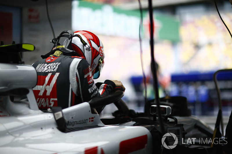 Kevin Magnussen, Haas F1 Team, climbs in to his cockpit