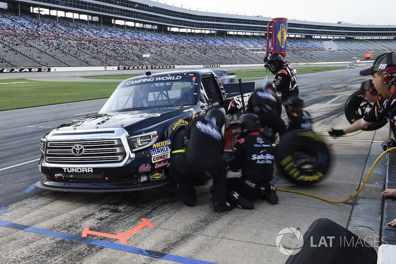 Noah Gragson, Kyle Busch Motorsports, Toyota Tundra Safelite AutoGlass, makes a pit stop