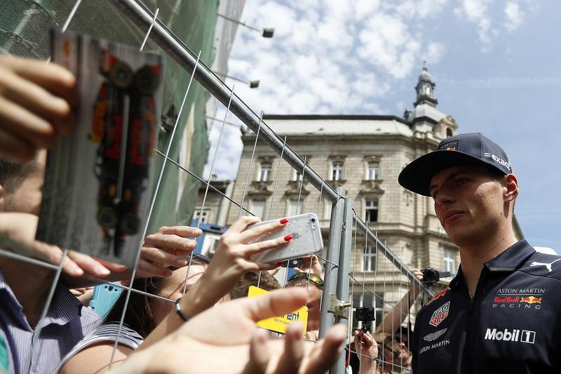 Max Verstappen, Red Bull Racing firma autógrafos para los fanáticos