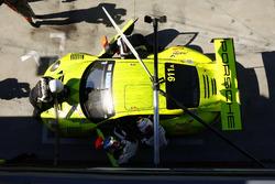 Пит-стоп: Ромен Дюма, Фредерик Маковецки, Дирк Вернер, Manthey-Racing, Porsche 911 GT3 R (№911)