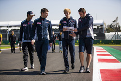 Brendon Hartley, Scuderia Toro Rosso, Sean Gelael, Scuderia Toro Rosso, consult with colleagues on a
