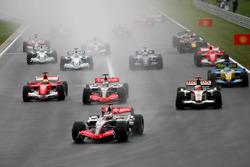 Kimi Raikkonen, McLaren Mercedes MP4/21 líder al comienzo de la carrera