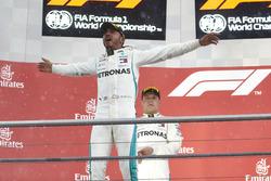 Podium: winnaar Lewis Hamilton, Mercedes AMG F1, nummer twee Valtteri Bottas, Mercedes AMG F1