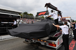 The car of Lewis Hamilton, Mercedes-AMG F1 W09 is recovered to the pits