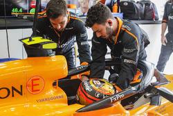 Los ingenieros ayudan a Stoffel Vandoorne, McLaren MCL33, a sujetarse a su asiento