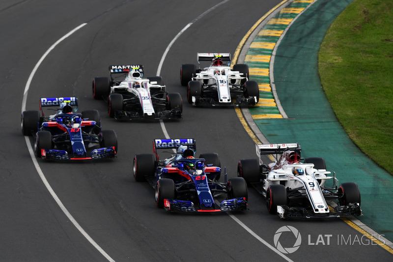 Marcus Ericsson, Sauber C37 and Brendon Hartley, Scuderia Toro Rosso STR13 battle