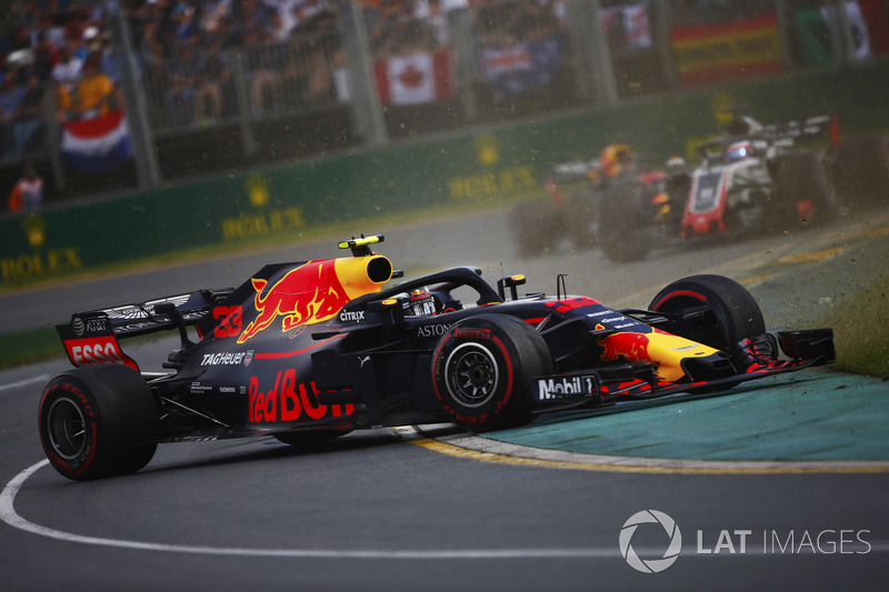 Max Verstappen, Red Bull Racing RB14 Tag Heuer, va in testacoda davanti a Romain Grosjean, Haas F1 Team VF-18 Ferrari
