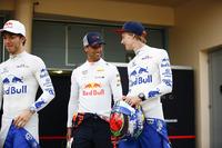 Daniel Ricciardo, Red Bull Racing, talking to Brendon Hartley, Toro Rosso