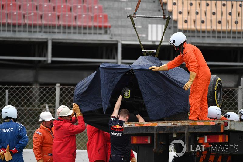 El coche de Max Verstappen, Red Bull Racing RB14 es removido de la grava