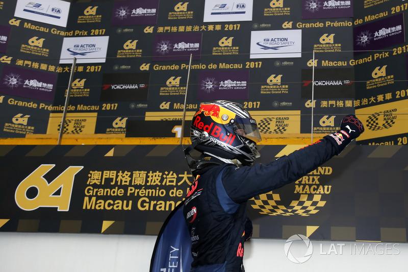 Após chegada incrível, quando Sérgio Sette Câmara bateu na última curva, Dan Ticktum conquistou a vitória no tradicional GP de Macau.
