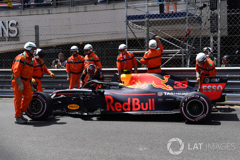 Max Verstappen, Red Bull Racing RB14, después del choque