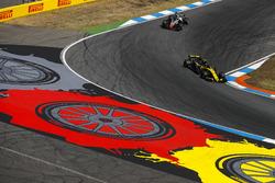 Carlos Sainz Jr., Renault Sport F1 Team R.S. 18, voor Kevin Magnussen, Haas F1 Team VF-18
